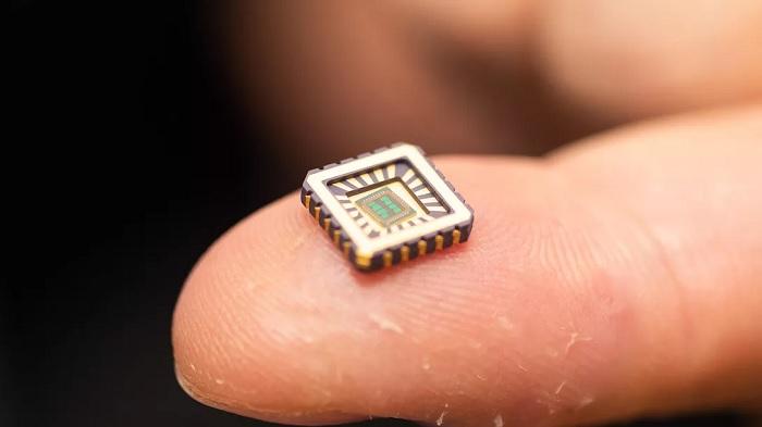 科学家成功研制出人工神经细胞微芯片,可用于治疗神经性疾病
