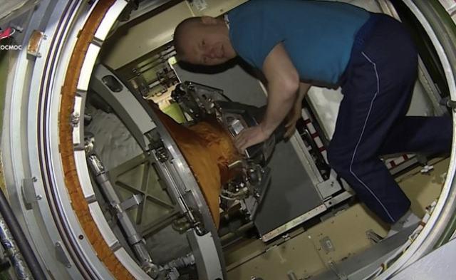 """NASA惊出一身冷汗!国际空间站险被""""鸽王""""摧毁解体,24年来最严重事故"""
